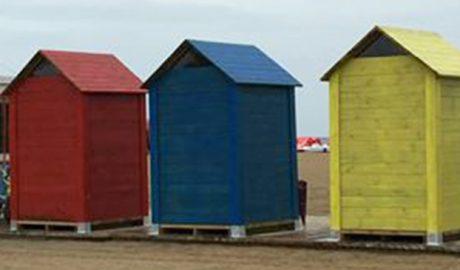 Coloridos cambiadores para la playa del Raset en Dénia