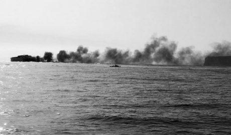 Baleària pide disculpas por la enorme humareda negra provocada por un ferry en el puerto de Dénia