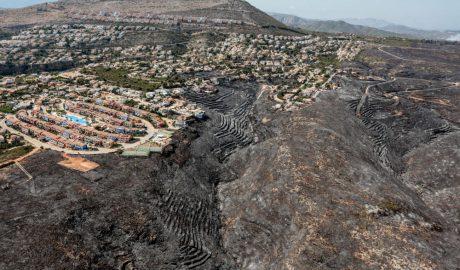 El futuro tras el fuego: Xàbia y Benitatxell adoptan estrategias radicalmente distintas para enfrentarse a la misma tragedia