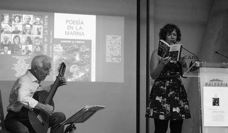 La Casa de la Paraula se queda pequeña para la presentación del primer compendio del grupo 'Poesía en la Marina'