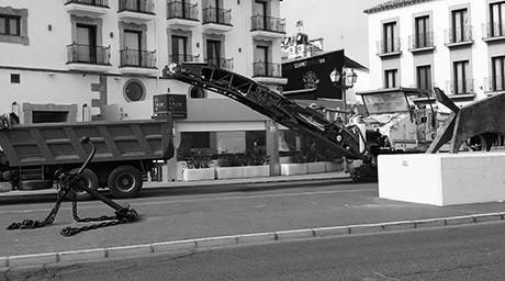 La maquinaria pesada toma la fachada portuaria de Dénia