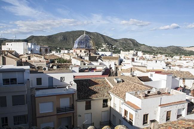 El abigarrado centro urbano de Pego, en una vista desde lo alto del ayuntamiento.