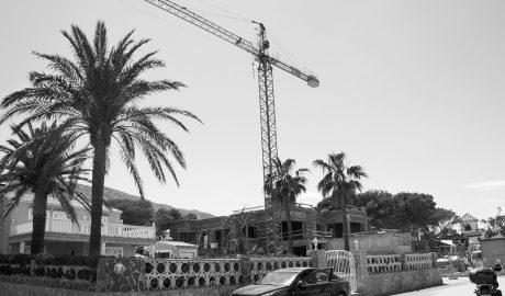 """Los empresarios acusan al gobierno de Dénia de paralizar """"por completo"""" la construcción por suspender licencias en el 3,9% del suelo urbano"""