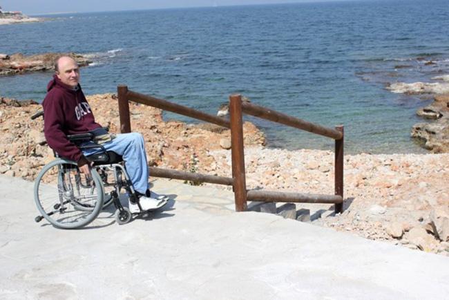 El vecino Gustavo Almela, junto a la escalera que sustituye a la rampa en la Punta Negra.