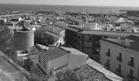 Dénia cobrará 14€ al año a los vecinos por aparcar en Les Roques y baja las tasas por bodas y fugas de agua