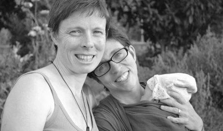 [VÍDEO] La lucha de un matrimonio de mujeres que no han podido inscribir a su hijo en Dénia
