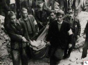 Un grupo de hombres transporta un cadáver tras un bombardeo en la zona madrileña de Tetuáń.