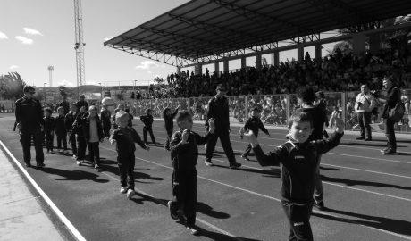 Más de 2.000  niños desfilan en el polideportivo de Dénia en la presentación de las Escuelas Deportivas
