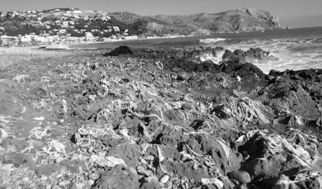 Un vertido incontrolado llena de toallitas higiénicas dos playas de Xàbia