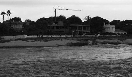Las viviendas de lujo ocupan los últimos lugares vírgenes junto al mar de Dénia