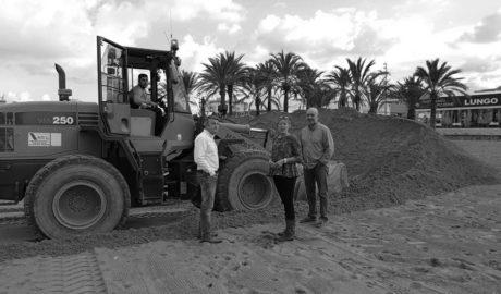 Xàbia levanta un dique de arena en la playa para protegerse del temporal y toda la comarca cancela las actividades del fin de semana
