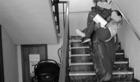 Así es ir al médico en Pedreguer: Subiendo las escaleras con el niño a cuestas