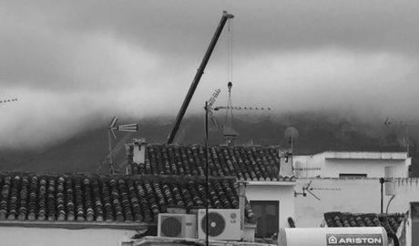 La gran grúa en pleno corazón del casco histórico de Dénia