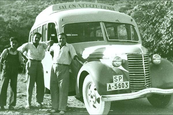 Chevrolet A-5603 matriculado el año 1931 Las personas que aparecen junto al autobús son: Salvador Carrió Ferrandiz, Francisco Carrió Ferrandiz y un vecino de Murla