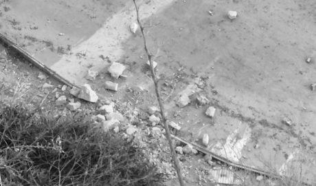 Un acantilado sobre una playa de Calp que se cae a pedazos