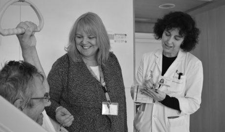 La antigua aspirante a actriz que ayuda a los británicos en el Hospital de Dénia premiada por Theresa May