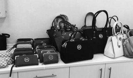 La Policía de Xàbia interviene un centenar de artículos falsificados de marroquinería a un vendedor ambulante