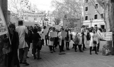 Los enfermeros del HACLE La Pedrera llevan sus protestas a las puertas de la conselleria