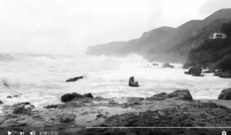 El mar desborda los paseos en Dénia y Calp, y el viento ocasiona numerosos problemas también en Gata