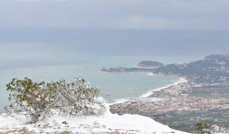 Ascenso a un Montgó pintado de blanco por la nieve