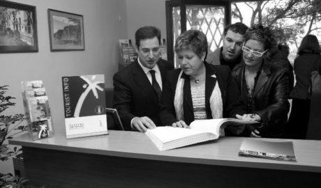 Benissa retira la placa con el nombre de la exconsellera Milagrosa Martínez, condenada por la trama Gürtel