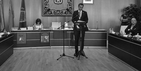 La oposición exige a César Sánchez que comparezca ante su posible imputación y baraja personarse en el caso