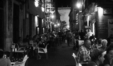 Les restriccions de la ZAS del carrer Loreto als bars hauran d'esperar