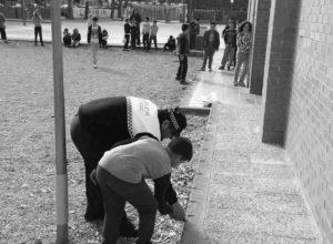 La Policía de Dénia enseña a los escolares a tirar petardos de «forma responsable»