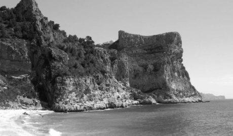 Benitatxell prohíbe lanzarse al mar desde los acantilados