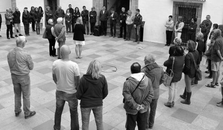 La comunidad británica y la corporación de Xàbia unen su silencio en apoyo a las víctimas de Londres