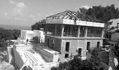 Vecinos de les Rotes de Dénia denuncian obras sin licencia en chalés en construcción de hasta cuatro alturas