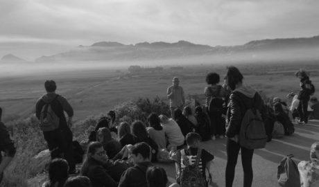Estudiantes italianos limpian el Marjal de Pego y cocinan arròs a banda en Dénia