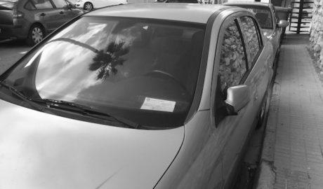 Invasión de coches no autorizados en Les Roques en el primer gran día turístico