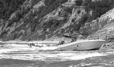 Una barca de 8 metros colisiona contra las rocas de la cala Barraca de Xàbia