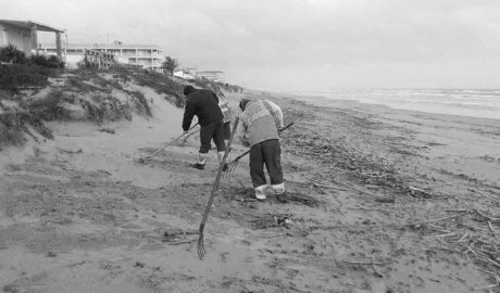 La comarca se sobrepone a los temporales y llega a la Semana Santa con las playas listas
