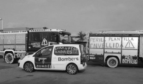 Los Bomberos pintan los camiones del parque comarcal en protesta por la falta de personal