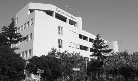 El hospital de La Pedrera aconseja no usar el ascensor por las noches al quedarse sin servicio de mantenimiento