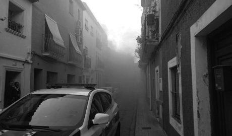 Arde en Dénia una vivienda llena de enseres y basuras y provoca una enorme humareda negra