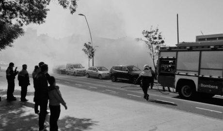 Sofocan un incendio en un solar repleto de cañar junto al centro de Dénia