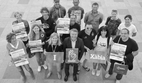 Xàbia aglutina a colectivos sociales y empresas turísticas para limpiar el litoral en una jornada popular
