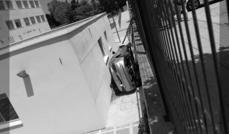 Un cotxe acaba dins del recinte d'un col·legi de Benissa després de perdre el control el seu conductor
