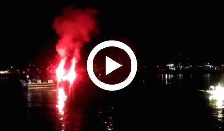 [VÍDEO] Los pescadores iluminan la bahía de Xàbia para homenajear a los 3 ciclistas fallecidos