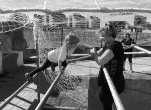 El espíritu deportivo espartano conquista a las madres en la prueba de obstáculos Spartan Mom