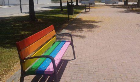 [LA FOTO] Bancos multicolores en Pego para festejar la diversidad sexual