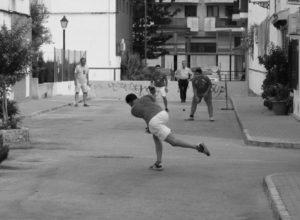 En Dénia, se juega a pilota en la calle