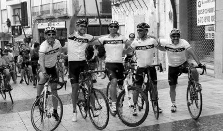 La hazaña solidaria de 5 ciclistas franceses recauda 6.500 euros para Condenados al Bordillo