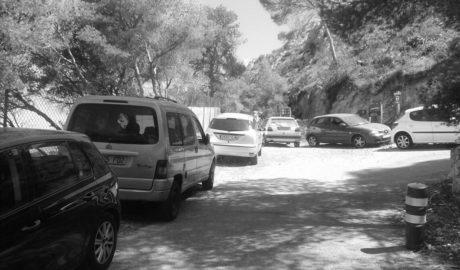 Dénia: Aluvión de coches mal aparcados en el acceso a la Cova Tallada, una zona con alto riesgo de fuego