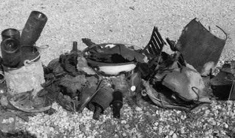 [LA FOTO] Los trabajos de regeneración en el Montgó «descubren» un vertedero de botellas y latas oxidadas