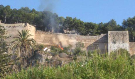 Incendio junto a la muralla del Castillo de Dénia