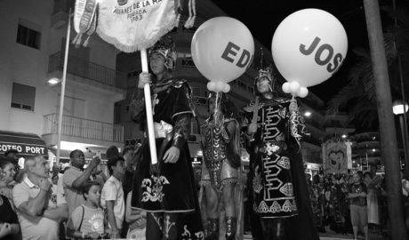 Los Moros y Cristianos de Xàbia arrancan con un emotivo homenaje a sus festeros muertos en accidente ciclista